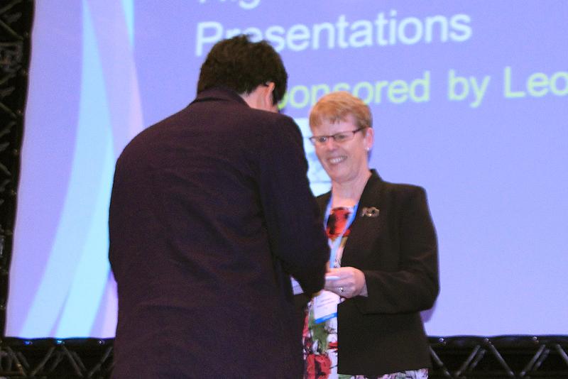 欧州毛髪研究会会長ジル・ウェストゲイト博士より 日本の民間企業単独では初となる『最優秀賞』を受賞する松島博士