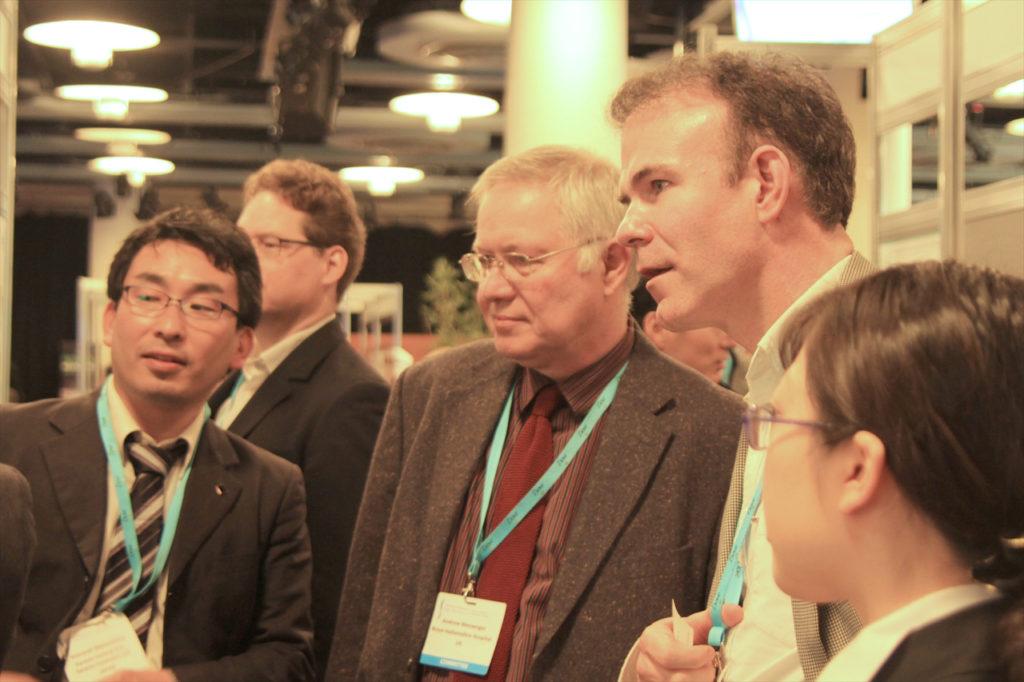 世界トップクラスの科学者達へマイクロセンサー理論についてレクチャーをする松島博士