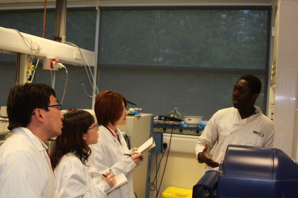 脂質代謝学のレクチャーを受けるM-1開発チーム