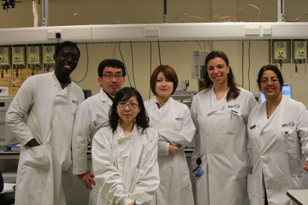 英国屈指の国立研究所MRC (Medical Research Council)の研究室にて。 ケンブリッジ大学(セント・エドムンズ・カレッジ)の 研究員らとM-1開発チーム