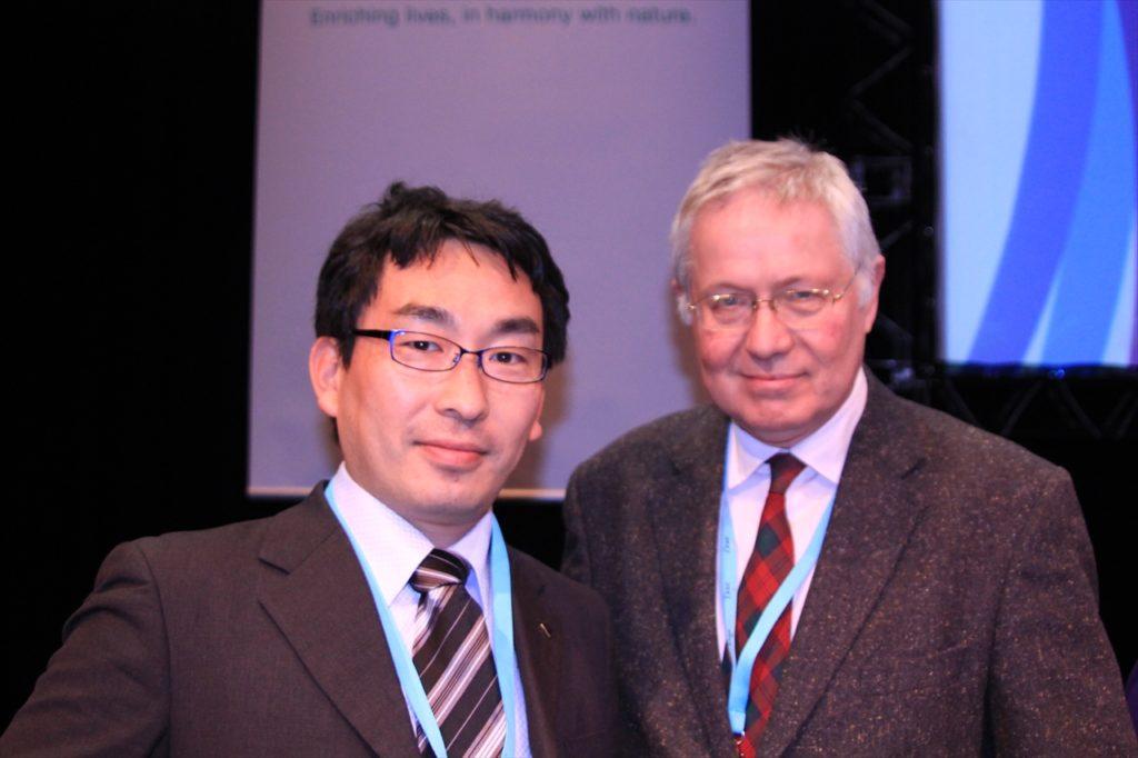 学会長のアンドリュー・メッセンジャー名誉教授(右)と松島博士