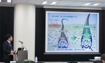 温泉藻類RG92の抗炎症作用について解説をするM-1開発チーム 松島博士
